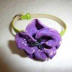 Bracelet fille, pensée violette, sur cuir vert anis.