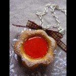 Collier biscuit fleur fourée fraise, chaine argentée.