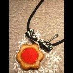 Collier Biscuit fleur fourée fraise, lien feutre noir.