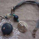 Collier macaron et perles, bleu grisé, lien coton et organza.