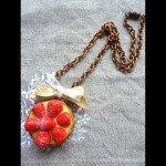 Collier tartelette aux fraises, chaine bronze.