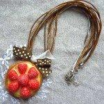 Collier tartelette aux fraises, collier organza et coton.
