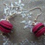 Boucles d'oreilles macarons roses.