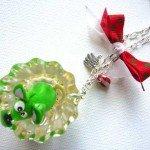 Collier une souris verte, dans résine moulée, monté sur chaine argentée.