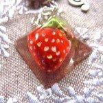 Collier fraise avec résine moulée, sur chaine argentée.