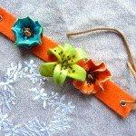 Bracelet fille, 3 fleurs sur feutre orange.