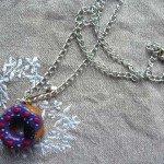 Collier Baba violet chaine argentée.