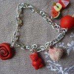 Bracelet bonbons rouges et noirs.