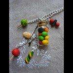 Collier bonbons multicores et fiole dragibus.