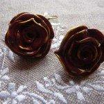 Boucles d'oreilles roses bordeaux.