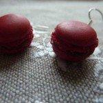 Boucles d'oreilles macarons rouges.