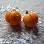 Boucles d'oreilles abricots.