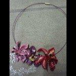 Collier 3 fleurs, monté sur cable plastifié violine.