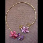 Collier 3 fleurs, sur fil alu doré.