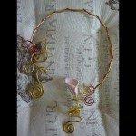 Collier arum blanc, dans fiole et résine coulée, fils alu dorés.