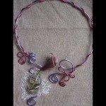 Collier arum violine, dans fiole et résine coulée, fils alu rose et mauve.