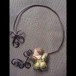 Collier bébé papillon jaune, sur cable brun.
