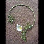 Collier arum blanc dans fiole et résine coulée, fils alu verts.