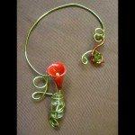 Collier arum rouge dans fiole et résine coulée, fil alu vert anis.