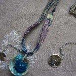 Collier Escargot bleu, dans résine moulée, sur lien liberty.